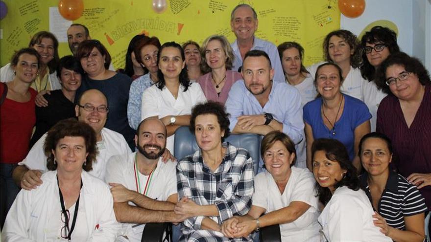 Fotografía facilitada por el Hospital Universitario La Paz. La auxiliar de enfermería Teresa Romero posa junto a sus compañeros y su marido, Javier Limón. \ Efe