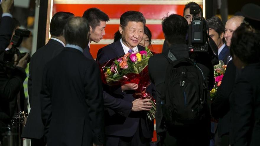 El presidente de China, Xi Jinping (c), a su llegada a Gran Canaria