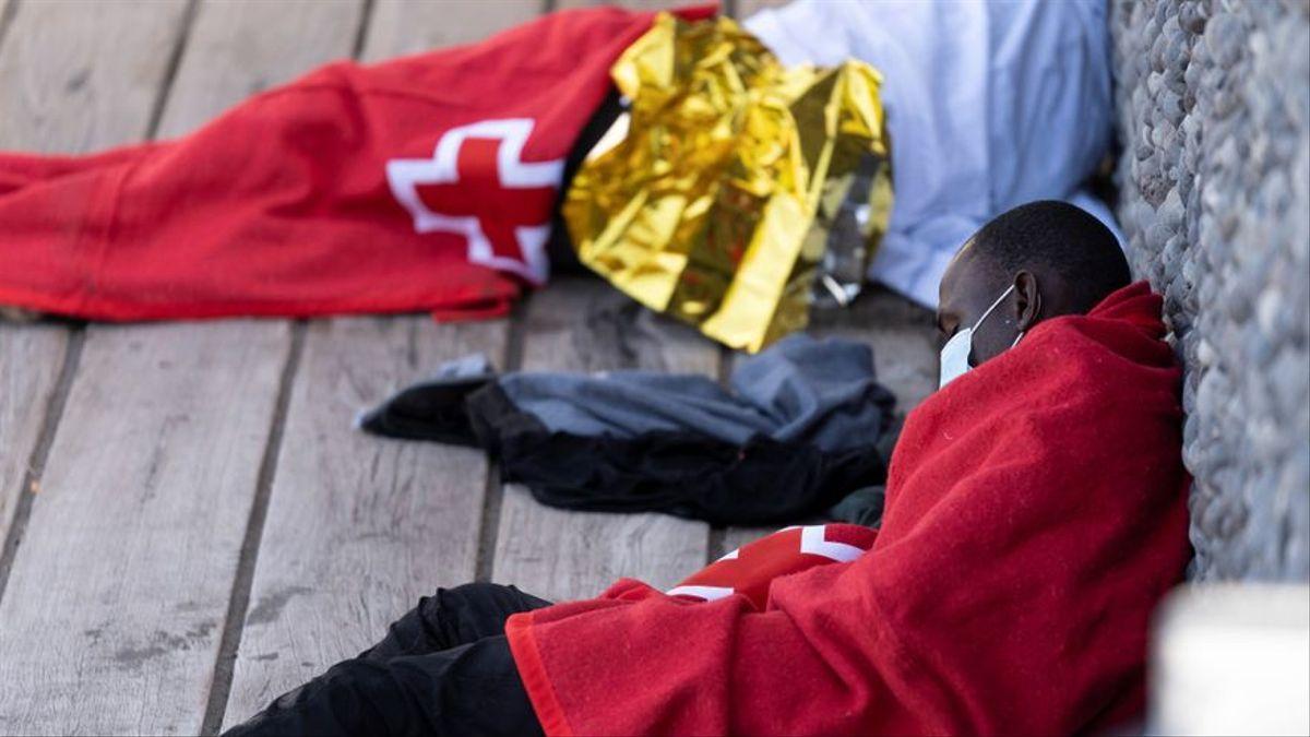 Un migrante tras ser rescatado por Salvamento Marítimo de una patera al sur de Canarias