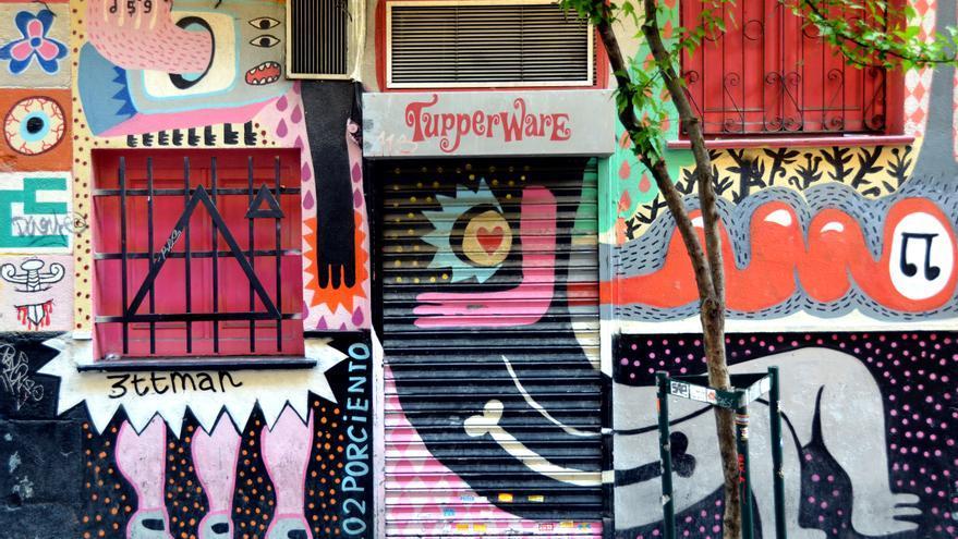 Fachada del colorido pub Tupperware. Flickr.
