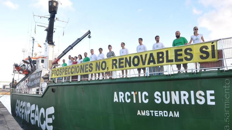 El buque de Greenpeace 'Artic Sunrise', a su llegada a Las Palmas de Gran Canaria. (A. SARMIENTO)