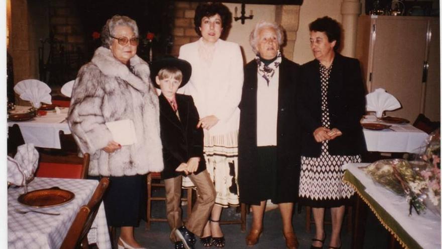 Elisa Garrido, la primera por la derecha, durante una visita a Magallón para una celebración familiar.