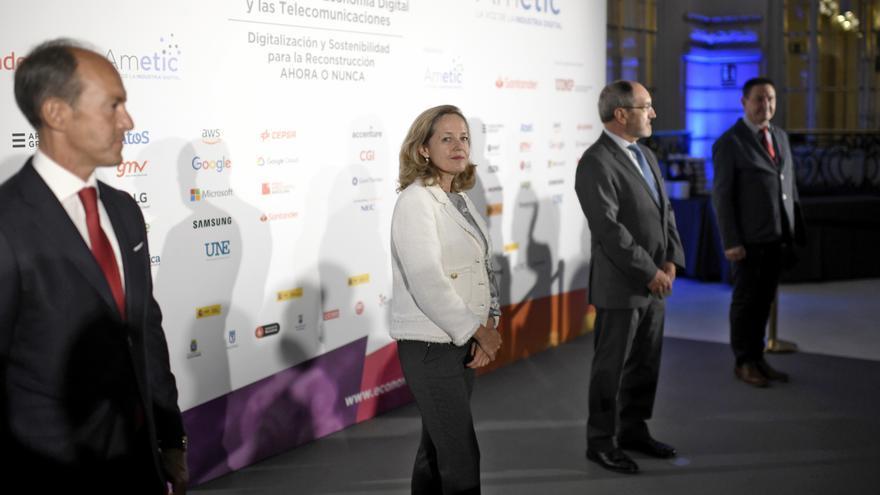 El consejero delegado de Santander España, Rami Aboukhair; la vicepresidenta tercera de Asuntos Económicos y Transformación Digital, Nadia Calviño; y el presidente de Ametic, Pedro Mier