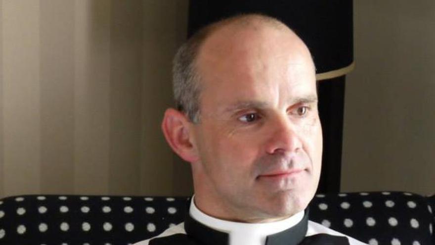 Andrew Foreshew-Cain vestido con la sotana de la iglesia antes de dejar el sacerdocio en 2017.