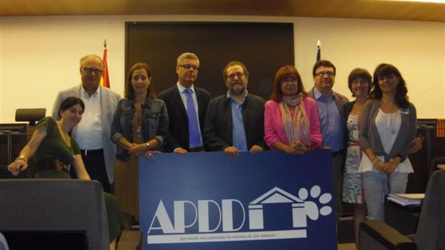 Miembros de la APDDA. De izda. a dcha., Anna Puig (secretaría), Jordi Guillot (ICV), Mónica Almiñana (PSC), José Miguel Castillo (PP), Chesús Yuste (CHA), Cristina Narbona (PSOE), Joan Josep Nuet (EUiA), Ascensión de las Heras (IU) y Anna Mulà (asesoría jurídica).