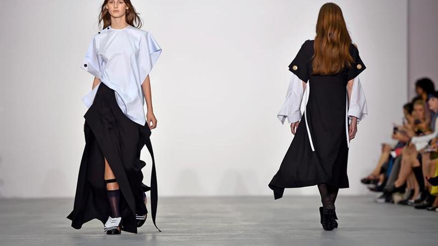 Vestidos románticos y transparencias en el arranque de la London Fashion Week