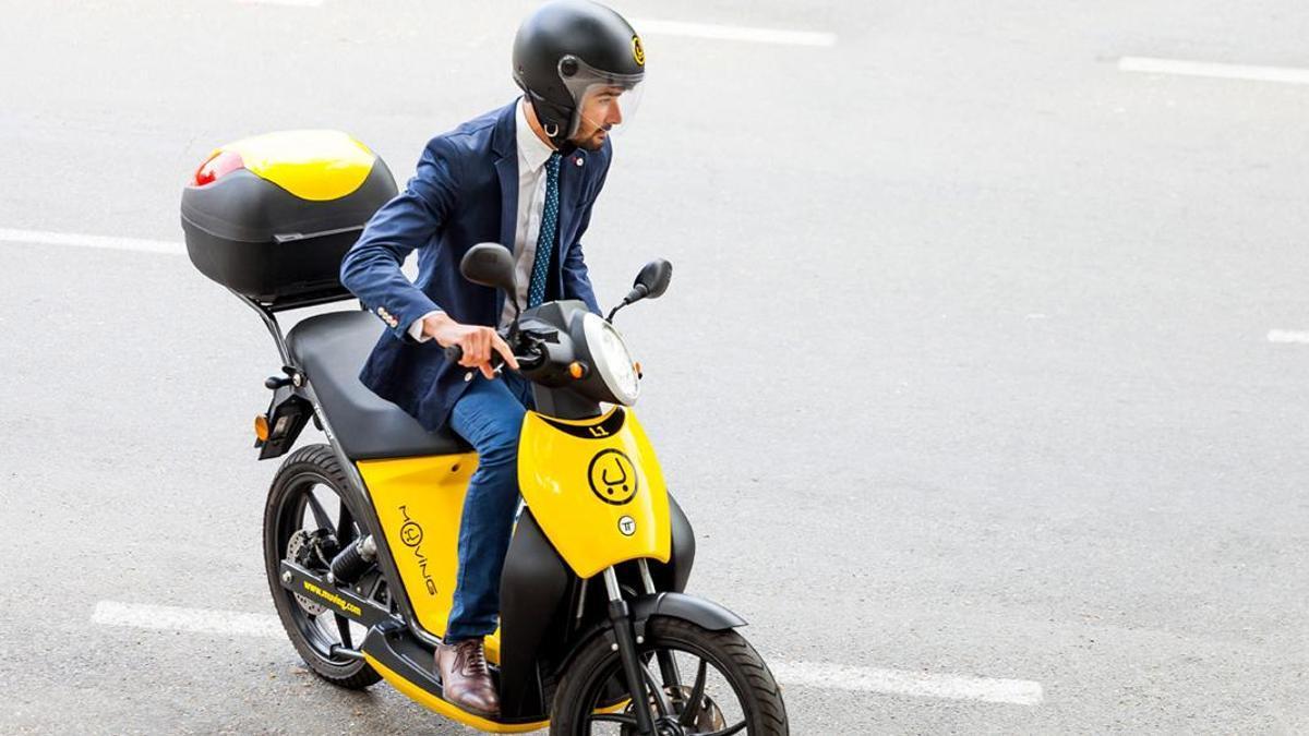 Un cliente con una de las motos de Muving.