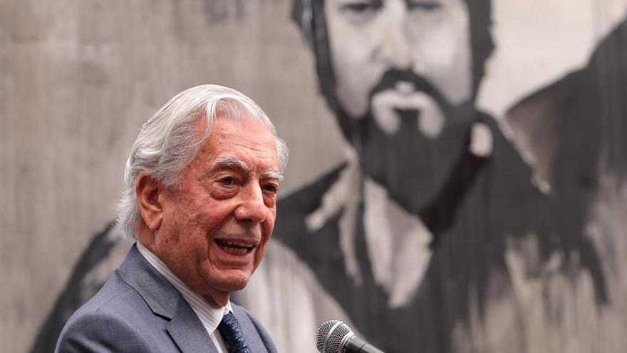 """Mario Vargas Llosa critica a la """"derecha cavernaria que no admite el aborto"""""""