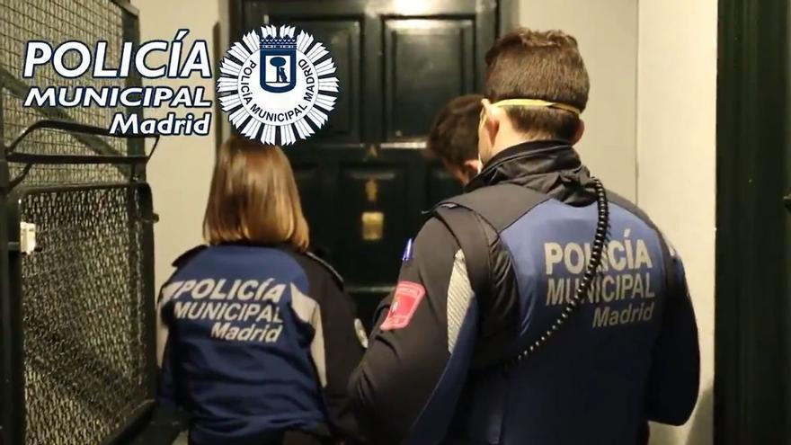 Imagen de archivo de una intervención de la policía municipal durante una fiesta en un piso.