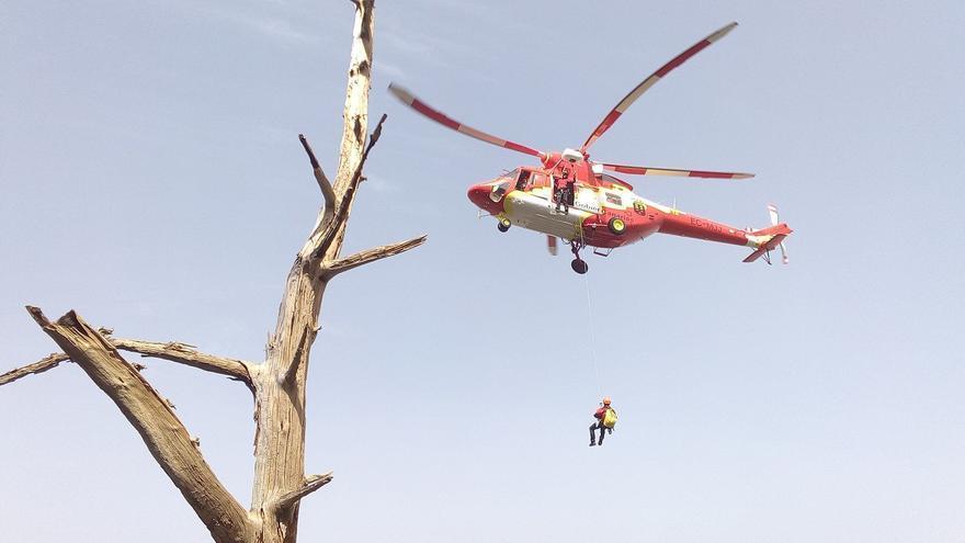 Maniobra de descenso con grúa de rescatador Grupo de Emergencias y Salvamento (GES) del Gobierno de Canarias. Foto: PARQUE NACIONAL.