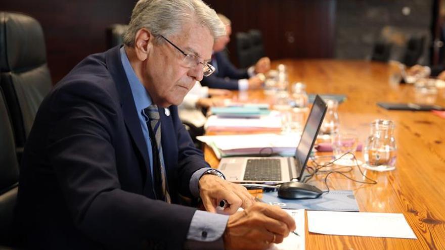 El consejero de Administraciones Públicas, Justicia y Seguridad, Julio Pérez, antes de la reunión del Consejo de Gobierno de Canarias