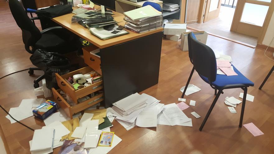 Estado del interior del Ayuntamiento de Burguillos tras el asalto y robo