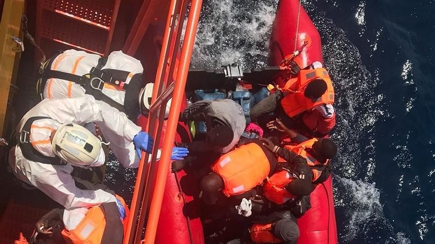 Imagen de archivo de un rescate de 81 personas, entre ellas tres bebés, de dos pateras en el mar de Alborán