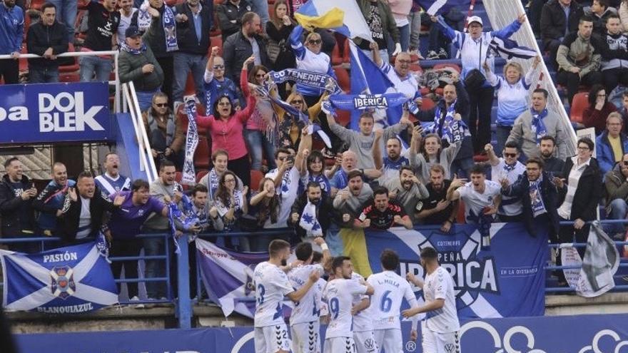 El CD Tenerife celebra un gol en Almendralejo