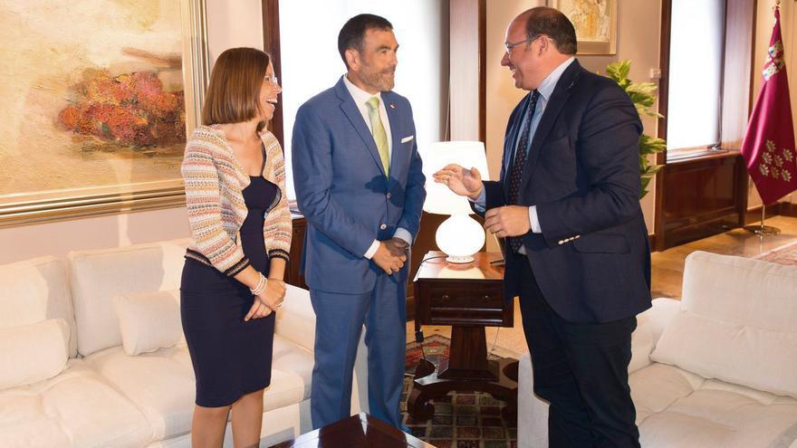 Ana Belén Castejón y José López -vicealcaldesa y alcalde de Cartagena- y Pedro Antonio Sánchez -presidente de la Región de Murcia-