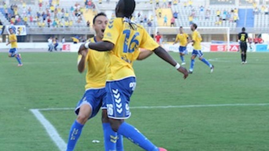 Momo se abraza a Thievy tras el segundo tanto amarillo. (Carlos Del Pino)