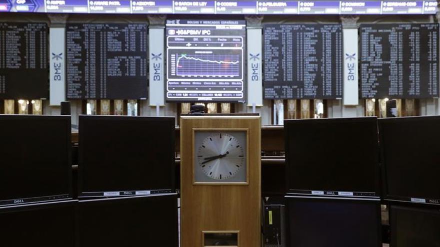 El IBEX mantiene la apatía a mediodía y cede un 0,38 %