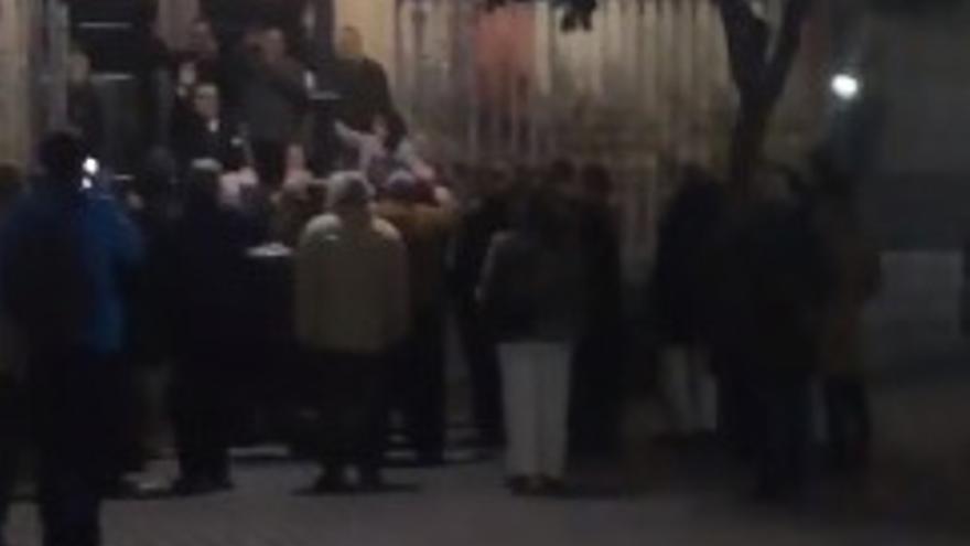 'Cara al Sol' en Sevilla: una treintena de personas entona el himno falangista tras una misa por Franco y Primo de Rivera