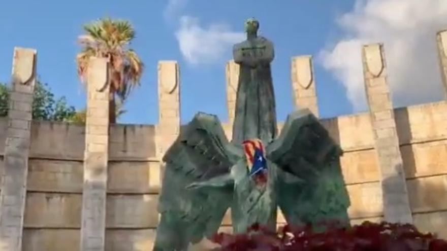 El monumento a Franco, con la estelada