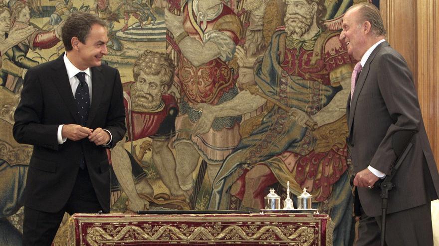 El presidente del Gobierno, José Luis Rodríguez Zapatero (i), junto al rey Juan Carlos, tras firmar la reforma de la Constitución que limita el déficit público en un acto solemne organizado hoy en el salón de audiencias del Palacio de la Zarzuela. / Efe / Ballesteros