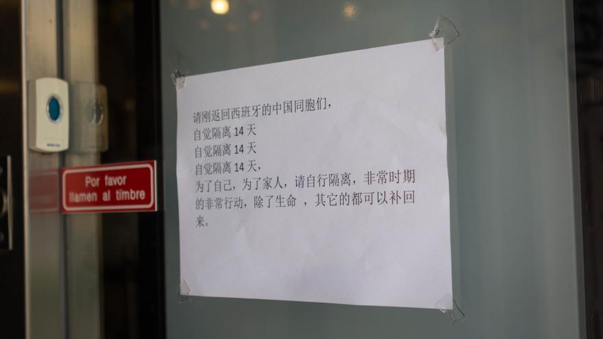 El cartel en la puerta del restaurante pide que no entre nadie que haya estado en China sin haber pasado antes una cuarentena.