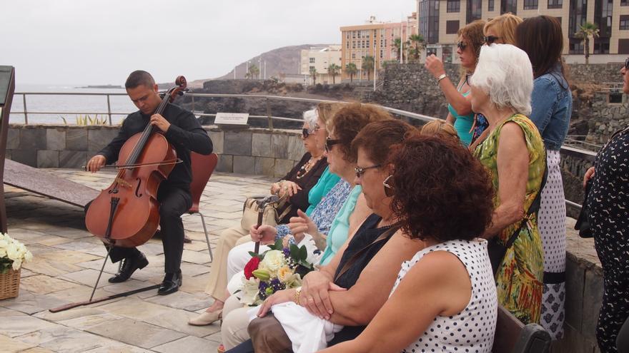 Familiares de las víctimas de Spanair durante el acto conmemorativo frente al monumento 'Luces en la oscuridad'