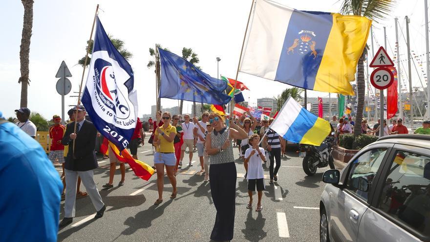 Un colorido y animado pasacalles formado por los participantes de la Atlantic Rally for Cruisers (ARC) ha recorrido este domingo el Muelle Deportivo de Las Palmas de Gran Canaria.
