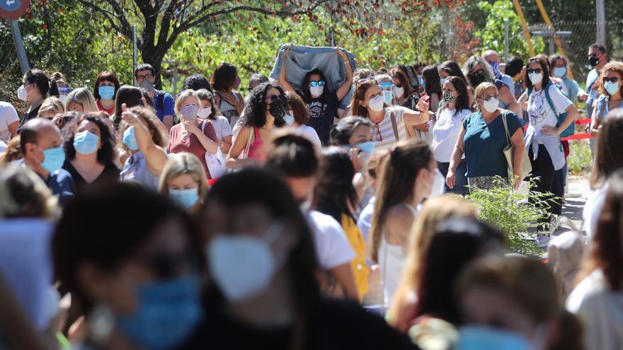 Centenares de docentes aguardan cola en Madrid para hacerse las pruebas covid