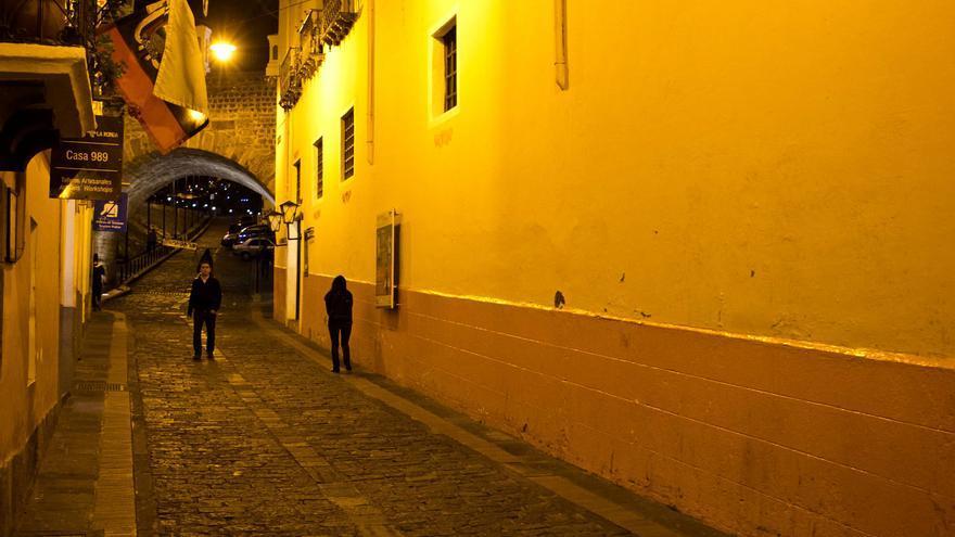 paseo nocturno en la calle de La Ronda, antiguo mentidero de la Quito colonial. VIAJAR AHORA