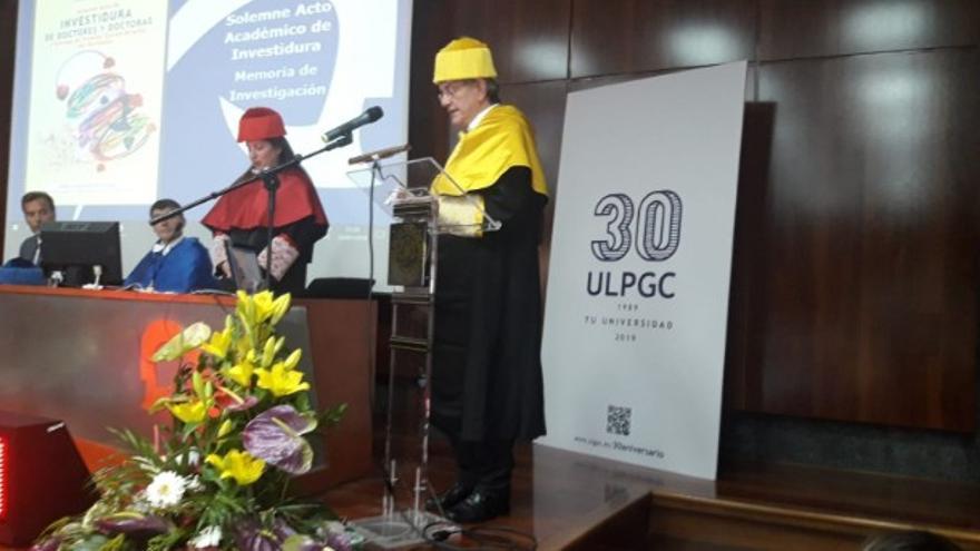 El catedrático Manuel Sosa, durante el acto de entrega de la distinción.