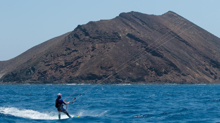 Gisela Pulido pasando frente a la isla de Lobos