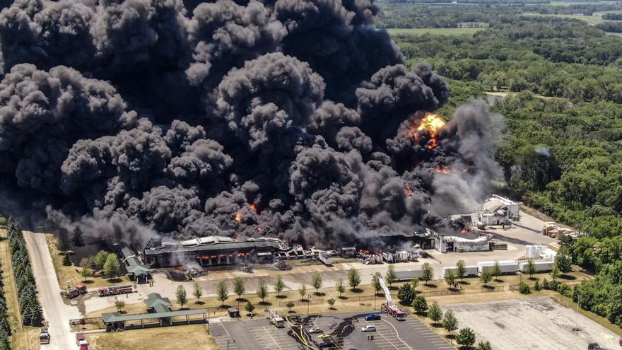 Evacúan a cientos de personas tras explosión en una planta industrial de EE.UU.
