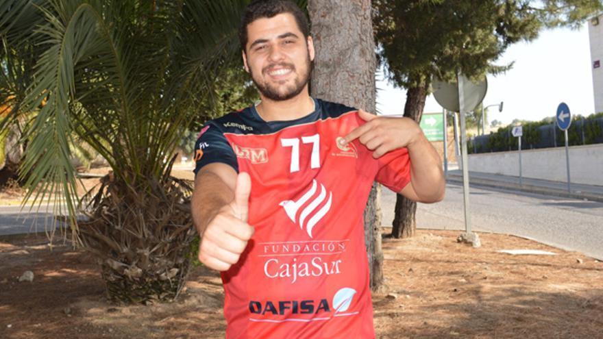 Sergio Cabanillas posa con la elástica del Cajasur CBM.