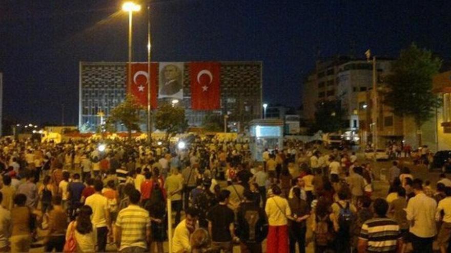 Las personas quietas de pie se multiplican en Taksim y otros lugares.