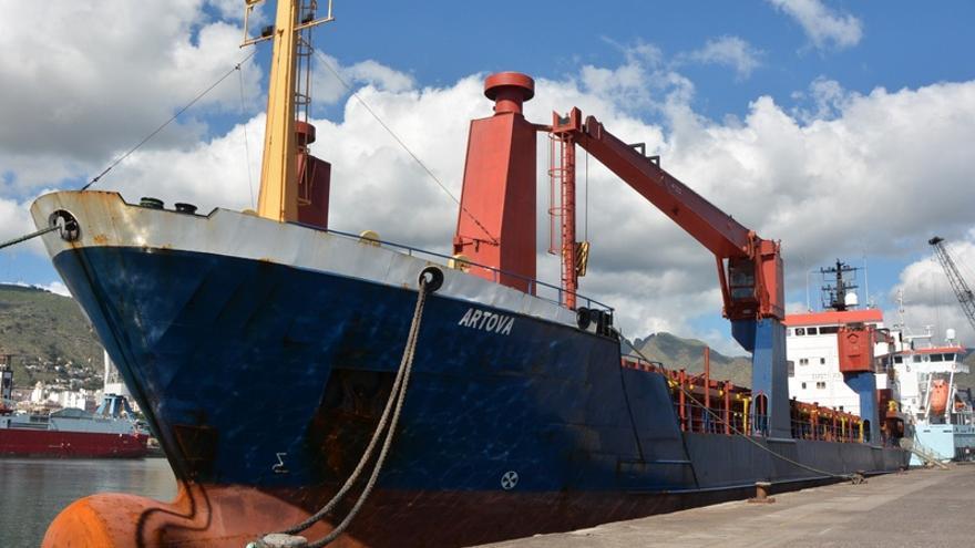 El barco 'Artova' atracado en el puerto de Santa Cruz de Tenerife para su reparación