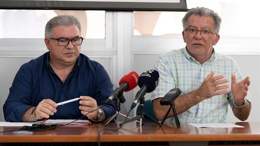 El secretario general de la Federación de Enseñanza de CCOO en Canarias, José Ramón Barroso, (izq) y Juan Manuel Rivero, secretario de Organización de la Federación de Enseñanza