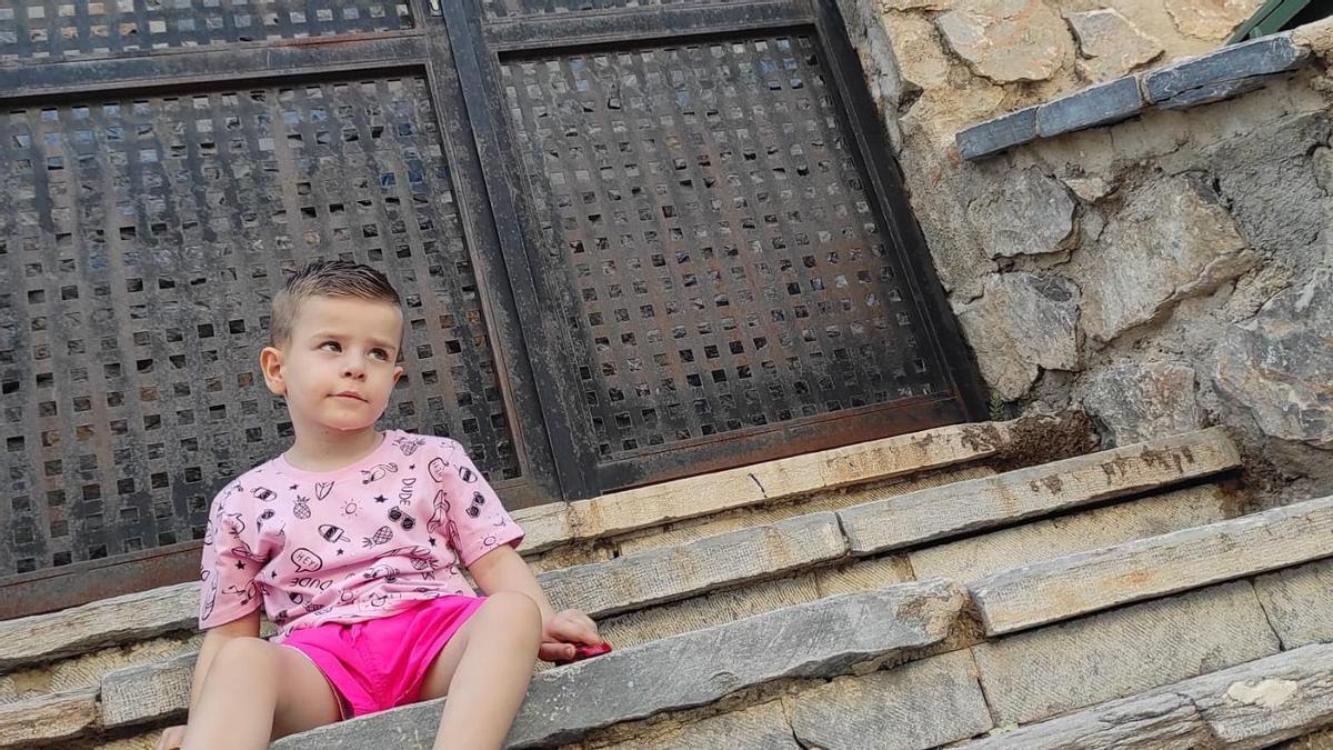 Yeray frente a la puerta de su centro de referencia en Ulea