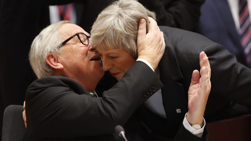 Jean-Claude Juncker, left, greets British Prime Minister Theresa May during a round table meeting at an EU summit in Brussels, Thursday, Dec. 13, 2018. EU leaders gathered Thursday for a two-day summit which will center on the Brexit negotiations. (AP Photo/Alastair Grant) *** Local Caption *** . Fecha : 20181213 Ciudad : Brussels Pais :