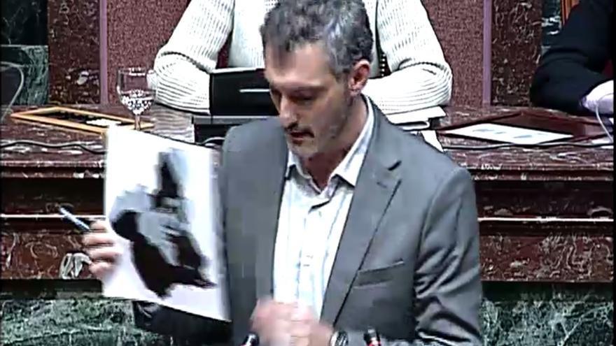 Óscar Urralburu ha mostrado a Pedro Antonio Sánchez un 'mapa de la corrupción' en la Región de Murcia / Asamblea Regional