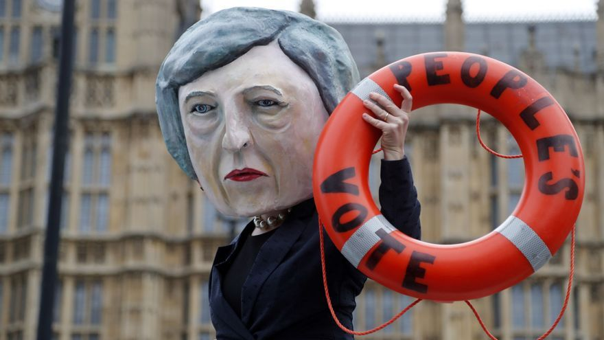Un activista con una máscara de Theresa May frente al Parlamento