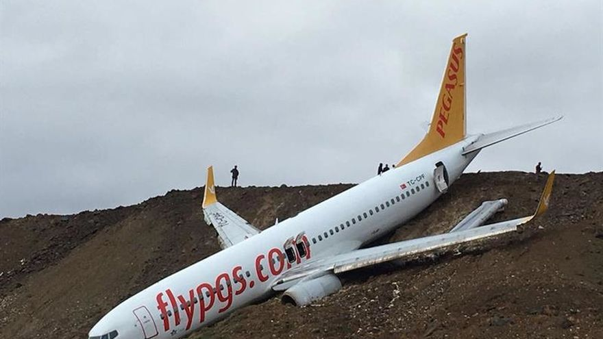 Un avión turco con 162 pasajeros cae por un acantilado sin que haya heridos