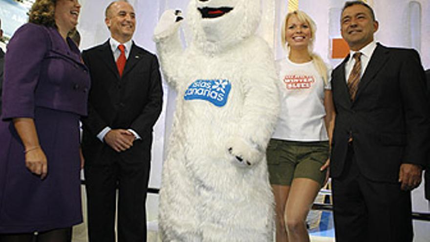 Paulino Rivero y Rita Martín, posan junto al ministro Miguel Sebastián y la modelo y el oso protagonistas de la campaña 'Say no winter blues'. (ACFI PRESS)