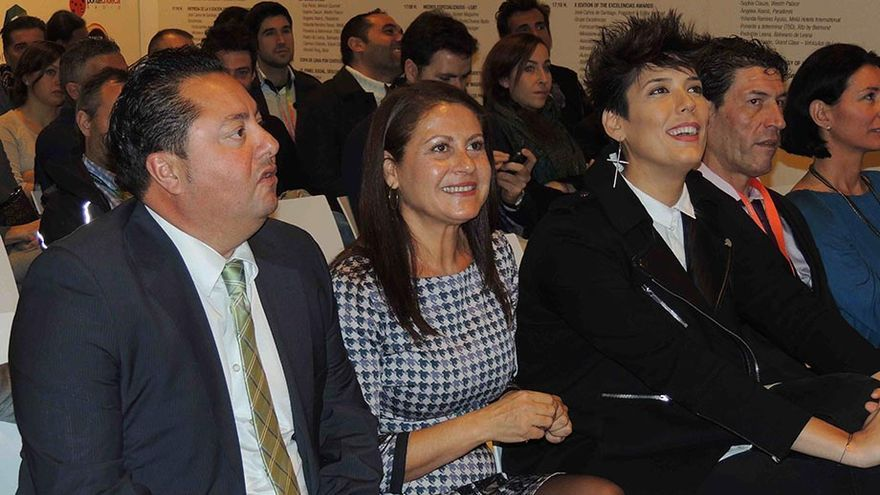 La alcaldesa de La Oliva, Claudina Morales, y el concejal de Turismo, Marcelino Umpiérrez, participan en un acto del 'pink corner' de Fitur.