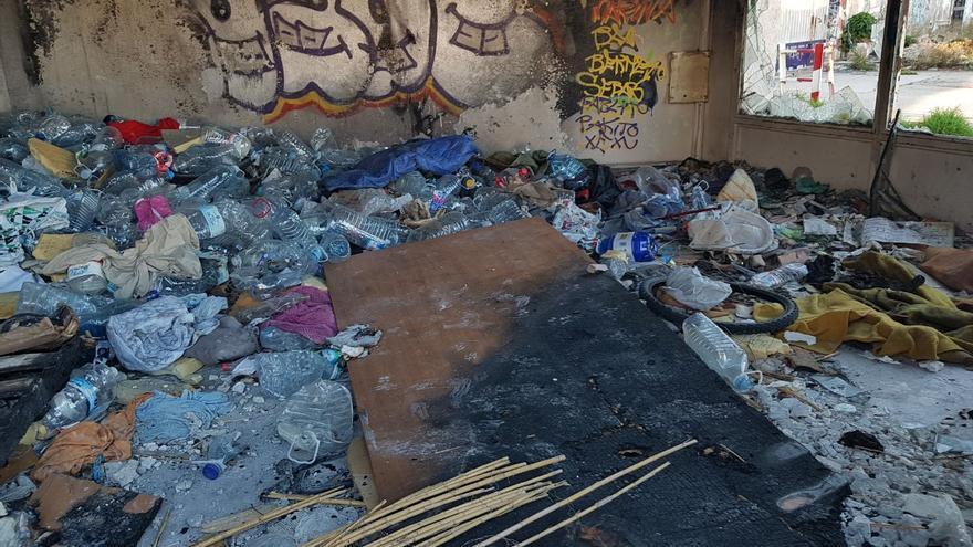 Escombros y basura en las antiguas cocheras de San Pío