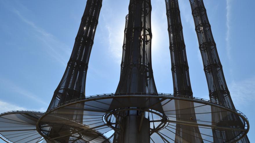Las chimeneas de la central termoeléctrica del ecobarrio