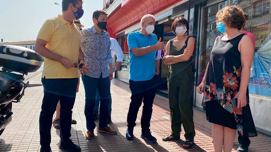 Los ediles de IU con los comerciantes de La Viñuela.