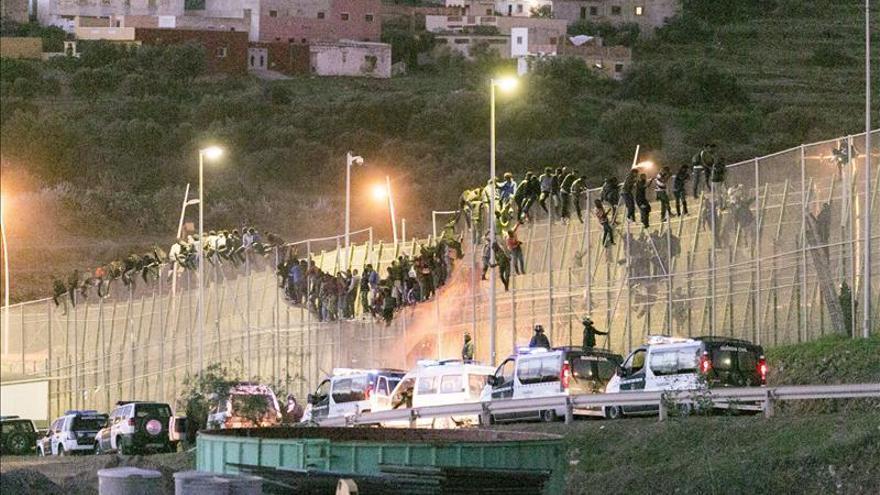 Al menos tres inmigrantes entran en Melilla tras saltar desde la valla/ Efe