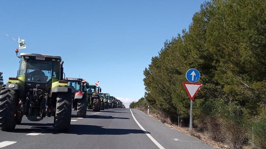 Centenares de tractores de Granada y Almería se unen en el límite de las dos provincias ante la crisis del sector