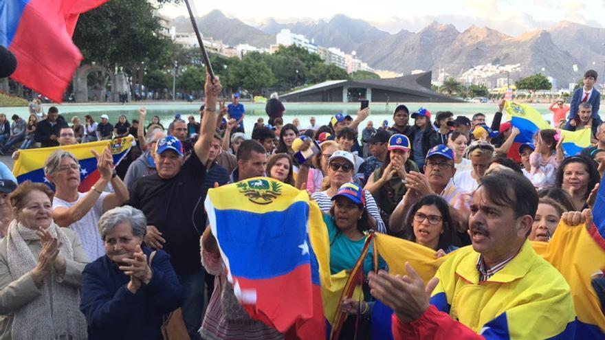 Imagen de la concentración de esta tarde en la capital tinerfeña, a favor de Juan Guaidó.