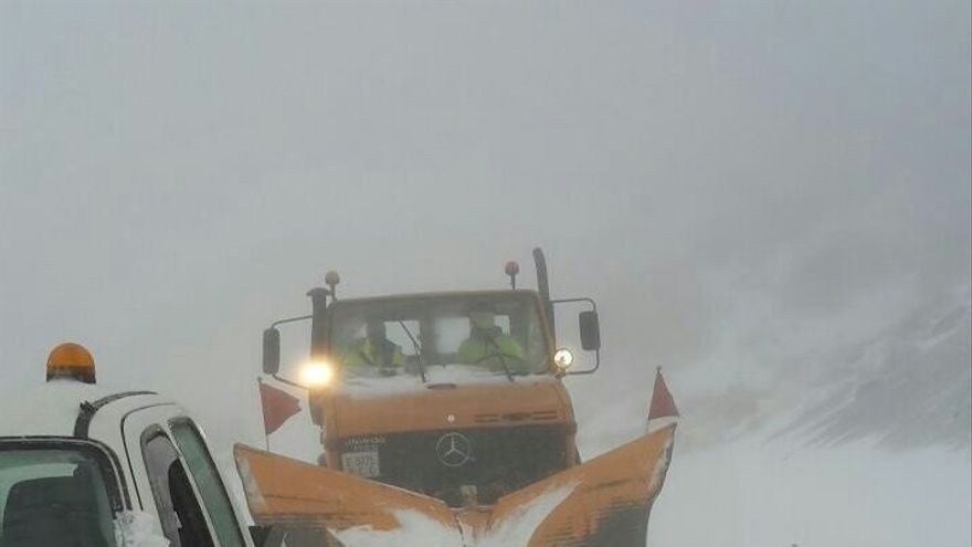 Retirada de nieve de la vía, en el Teide, este lunes pasado por la tarde
